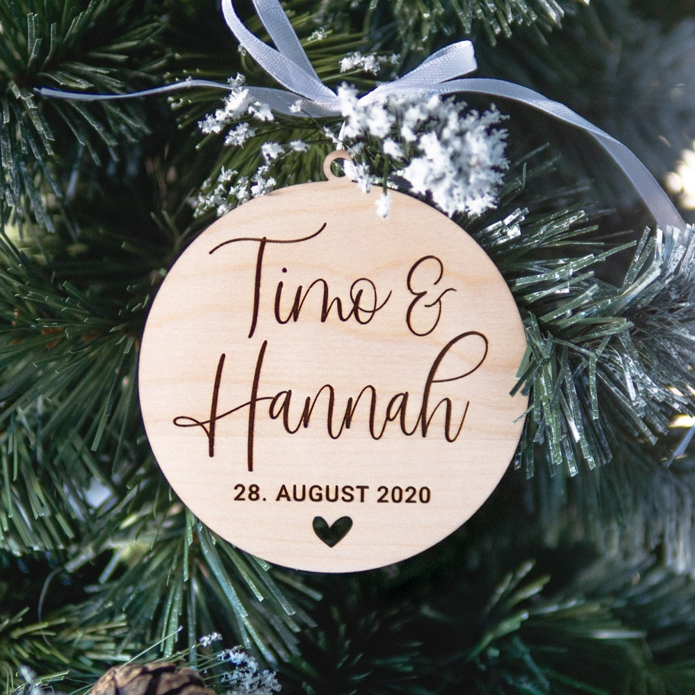 baumanhänger_weihnachten_personalisiert_name_datum_holz-geschenk_geschenkidee_brautpaar_hochzeit_braut_trauzeugin2