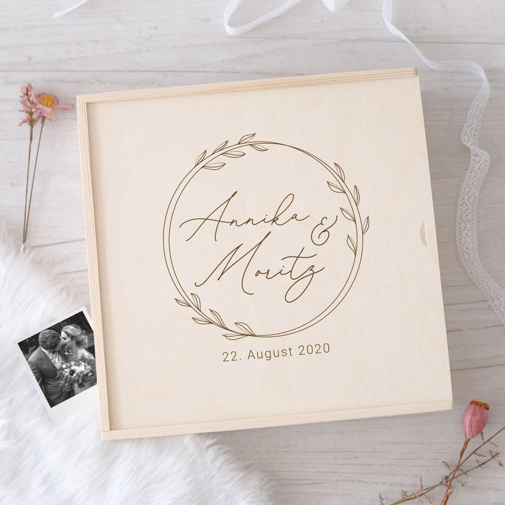 erinnerungsbox-hochzeit-geschenk-hochzeitsgeschenk-brautpaar-erinnerungen-kiste-graviert-holz-mitname-datum-3