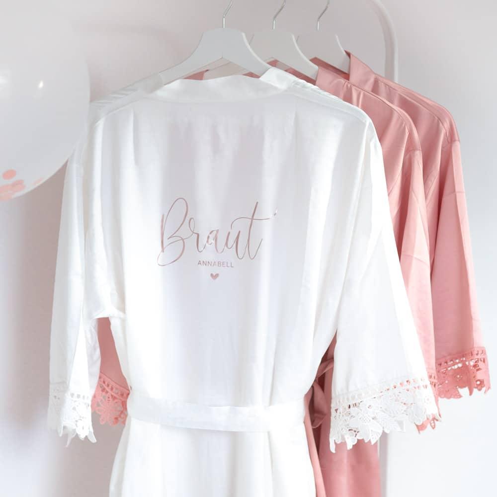 morgenmantel_braut_personalisiert_spitze_brautjungfern_trauzeugin_teambraut_weiss-rosa-blush-rose-mitname-datum
