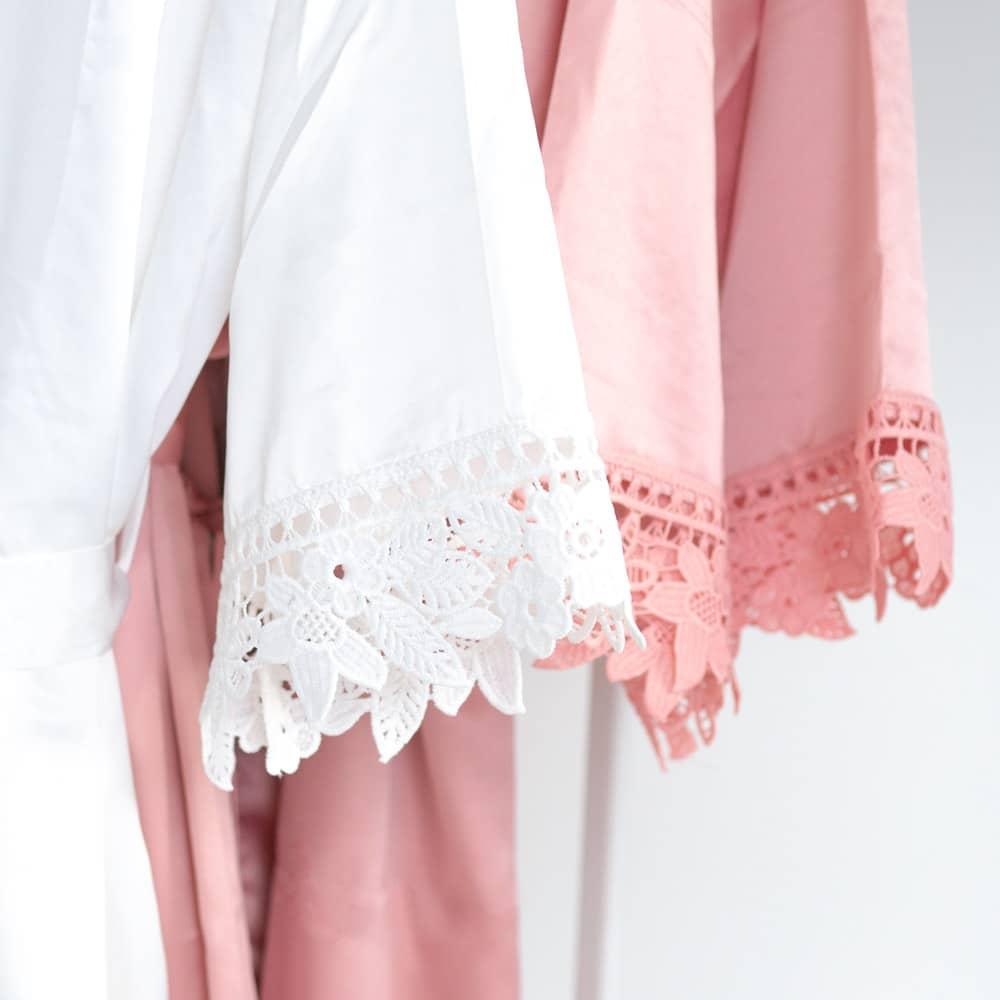 morgenmantel_braut_personalisiert_spitze_brautjungfern_trauzeugin_teambraut_weiss-rosa-blush-rose-mitname-datum1