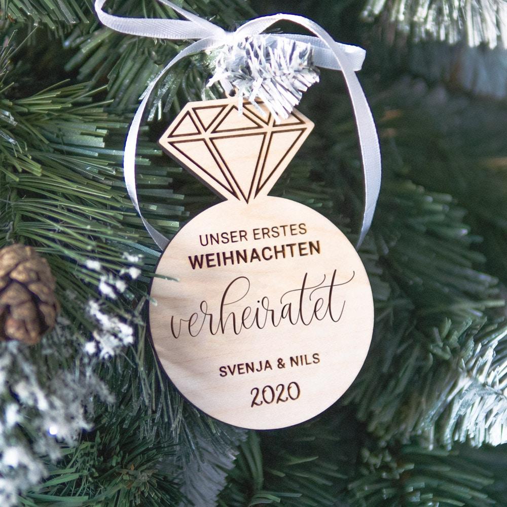 baumanhänger_weihnachten_personalisiert_name_datum_holz-geschenk_geschenkidee_brautpaar_hochzeit_braut_trauzeugin