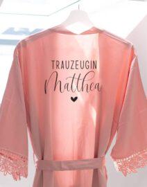 morgenmantel_braut_personalisiert_spitze_brautjungfern_trauzeugin_teambraut_weiss-rosa-blush-rose-mitname-datum3-41